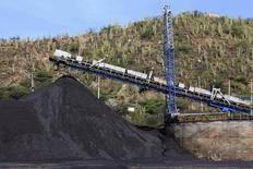 Un puerto carbonífero en Santa Marta, Colombia, ago 28 2013. Colombian Natural Resources (CNR), la unidad colombiana del banco de inversión Goldman Sachs, llegó a un acuerdo con un puerto público para restablecer sus exportaciones de carbón, paralizadas desde hace más de un año por una regulación ambiental, informó el lunes a Reuters una fuente portuaria.     REUTERS/Juliana Alvarez