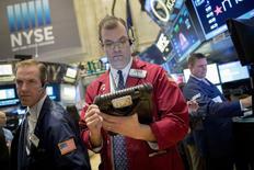 Трейдеры на торгах Нью-Йоркской фондовой биржи 29 января 2015 года. Американские фондовые рынки завершили понедельник значительным ростом за счет акций нефтяных компаний и надежды на договоренность Греции с кредиторами. REUTERS/Brendan McDermid