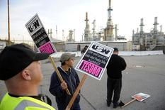 Devant une raffinerie gérée par Tesoro à Martinez, en Californie. La grève ayant débuté dimanche dans neuf raffineries américaines (soit 10% des capacités nationales de raffinage) devrait se poursuivre mardi pour la troisième journée consécutive, les négociations sur une revalorisation salariale n'ayant rien donné. /Photo prise le 2 février 2015/REUTERS/Bob Riha, Jr.