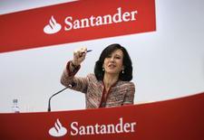 Ana Botin, présidente de Banco Santander. La plus grande banque de la zone euro a enregistré un bond de près de 70% de son bénéfice au quatrième trimestre par rapport à l'année précédente en raison de la progression de ses activités de crédit et de la baisse des charges liées aux créances douteuses. /Photo prise le 3 février 2015/REUTERS/Andrea Comas