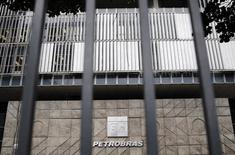 """La sede de la petrolera estatal brasileña Petrobras en Río de Janeiro, nov 14 2014. La agencia de calificación de riesgo Fitch rebajó el martes la  nota de deuda de la estatal brasileña Petrobras en moneda extranjera y local a """"BBB-"""" desde """"BBB"""", y también otorgó a la petrolera una perspectiva negativa.  REUTERS/Sergio Moraes"""