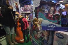 """Walt Disney a fait état mardi d'un chiffre d'affaires trimestriel en progression de 8,8%, grâce notamment à la forte fréquentation de ses parcs d'attraction pendant les fêtes et à des ventes en hausse pour les produits dérivés de son long métrage d'animation """"La Reine des neiges"""", """"Frozen"""" en version originale. /Photo prise le 27 novembre 2014/  REUTERS/Carlo Allegri"""