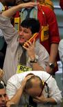 Operadores en la rueda de operaciones de la Bolsa de Valores de Sao Paulo, oct 16 2008. El principal índice de acciones de Brasil se estabilizó a media sesión del miércoles, tras reportar previamente fuertes alzas en repercusión a la renuncia de la presidenta ejecutiva de la estatal Petrobras, Maria das Graças Foster, y de cinco miembros del directorio de la compañía. REUTERS/Paulo Whitaker