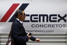 Logo de la cementera mexicana Cemex en la avenida Reforma, en Ciudad de México. Cemex, una de las mayores cementeras del mundo, dijo el jueves que recortó su pérdida neta en el cuarto trimestre del año pasado a 178 millones de dólares frente al resultado negativo de 255 millones de dólares del mismo periodo del 2013. REUTERS/Edgard Garrido (MEXICO - Tags: BUSINESS LOGO) - RTR440ZC