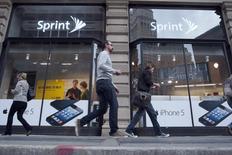 Sprint a annoncé une baisse moins importante que prévu de son chiffre d'affaires trimestriel, l'opérateur mobile ayant attiré plus d'abonnés en réduisant les prix et en proposant des promotions. Sprint, dont le japonais Softbank détient 80% du capital, précise qu'il a gagné 892.000 abonnés mobiles sur trois mois au 31 décembre et que son C.A. a baissé de 1,8% à 8,97 milliards de dollars alors que le consensus Thomson Reuters I/B/E/S le donnait à 8,68 milliards. /Photo d'archives/REUTERS/Keith Bedford