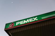 Una gasolinera de Pemex en Ciudad de México, ene 13 2015. México revisará los métodos para atender denuncias de fraude y otros asuntos de interés de los investigadores internos de la estatal Petróleos Mexicanos y podría realizar cambios a los procesos de control en todas las dependencias gubernamentales, dijo el miércoles el nuevo secretario de la Función Pública. REUTERS/Edgard Garrido