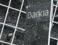 Le ministre de l'Economie espagnol, Luis De Guindos, a annoncé que le dédommagement des actionnaires lésés à l'occasion de l'introduction en Bourse de Bankia en 2011 serait plafonné à 600 millions d'euros environ. /Photo prise le 3 février 2014/REUTERS/Andrea Comas