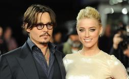 Johnny Depp e Amber Heard posam para foto em evento em Londres. 03/11/2011.   REUTERS/Paul Hackett