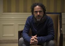 """El cineasta Alejandro González Iñárritu posando para una fotografía en Los Angeles, dic 16 2014. Desde la primera escena que muestra al actor Michael Keaton levitando en ropa interior, queda claro que """"Birdman"""" no se desarrollará de una manera convencional.   REUTERS/Mario Anzuoni"""