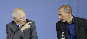 El ministro griego de Finanzas Yanis Varoufakis y su par de Alemania Wolfgang Schaeuble (izquierda) durante una conferencia de prensa en Berlín. 5 de febrero de 2015. De antemano se sabía que el encuentro inaugural entre el iconoclasta nuevo ministro griego, un izquierdista, y su colega alemán conservador de 72 años no sería nada fácil. REUTERS/Fabrizio Bensch
