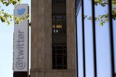 Twitter a fait étét d'une hausse de 97% sur un an de son chiffre d'affaires au quatrième trimestre, à 479 millions de dollars, mais aussi d'un ralentissement significatif de la croissance du nombre de ses utilisateurs mensuels, qui étaient 288 millions sur la période. /Photo d'archives/REUTERS/Robert Galbraith