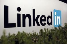 Foto de archivo del logo de LinkedIn en las oficinas de la compañía en Mountain View, California. Feb 6, 2013.  La red social laboral LinkedIn Corp reportó el jueves un alza del 44 por ciento en sus ingresos trimestrales, superando las expectativas de los mercados, gracias a que más empresas usaron sus servicios en busca de trabajadores profesionales. REUTERS/Robert Galbraith