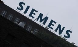Le conglomérat industriel allemand Siemens a confirmé vendredi son projet de supprimer 7.800 emplois dans le monde, soit 2% de son effectif, dans le cadre d'un vaste plan de restructuration. /Photo d'archives/REUTERS/Fabrizio Bensch