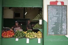 Unos vendedores arreglan sus productos en un mercado en La Habana, ene 15 2015. Las exportaciones agrícolas estadounidenses a Cuba cayeron por debajo de los 300 millones de dólares el pasado año por primera vez desde el 2003 debido a que continuaron los problemas financieros de la isla, cuyo Gobierno comunista compró alimentos a crédito en otras partes, dijo el viernes un grupo comercial. REUTERS/Stringer
