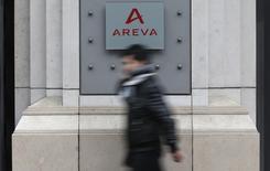 Areva devrait annoncer une perte de plus de trois milliards d'euros pour 2014, selon le Journal du Dimanche (JDD), précisant que l'Etat ne renflouera pas l'entreprise pour le moment et que deux milliards d'euros d'économies sont prévues. /Photo d'archives/REUTERS/Christian Hartmann