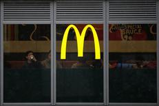 El logo de McDonald's visto en uno de sus locales en Tokio. Imagen de archivo, 5 febrero, 2015. Las ventas comparables de McDonald's Corp cayeron un 1,8 por ciento en enero, más de lo esperado por los expertos, mientras la compañía lidia con los efectos secundarios de escándalos alimentarios en China y Japón. REUTERS/Toru Hanai