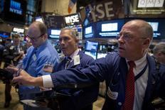 Wall Street a terminé en baisse lundi, affectée par une médiocre statistique chinoise et les incertitudes entourant l'issue des négociations portant sur la dette grecque. Le Dow Jones perd 0,53% à 17.729,02, des chiffres susceptibles d'évoluer encore légèrement. /Photo prise le 9 février 2015/REUTERS/Brendan McDermid