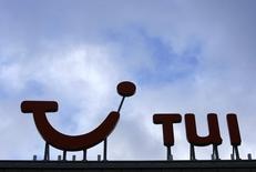 TUI Group, numéro un mondial des voyages organisés, est confiant pour dégager un bénéfice d'environ un milliard d'euros lors de l'exercice fiscal en cours, la perte du premier trimestre 2014-2015 ayant été réduite par rapport à il y a un an. /Photo d'archives/REUTERS/Christian Charisius