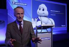 Jean-Dominique Senard, président de Michelin. Le groupe clermontois affiche des résultats 2014 en baisse, les pressions sur les prix et les effets de change négatifs éclipsant l'allègement de la facture en matières premières et des gains de compétitivité. Le chiffre d'affaires du fabricant de pneumatiques s'est établi l'an dernier à 19,55 milliards d'euros, en baisse de 3,4%, tandis que son résultat opérationnel, avant éléments non récurrents, a reculé de 2,9% à 2,17 milliards. /Photo prise le 10 février 2015/REUTERS/Philippe Wojazer
