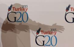 La sombra del secretario general de la OCDE, Angel Gurria, vista sobre logos de G-20 durante una reunión del grupo en Estambul, 9 febrero, 2015. El Grupo de las 20 economías líderes (G-20) se comprometerá a actuar de manera decidida sobre la política monetaria y fiscal si es necesario para luchar contra el riesgo de estancamiento persistente, según el borrador de un comunicado al que Reuters tuvo acceso el martes. REUTERS/Murad Sezer