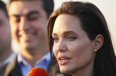 La actriz Angelina Jolie habla con los medios mientras visita un campo de refugiados kurdos en Dohuk. Imagen de archivo, 25 enero, 2015.  Jolie dijo que esperaba que el primer centro académico británico dedicado a los estudios de las mujeres, la paz y la seguridad beneficie a millones de niñas, como una adolescente iraquí a la que conoció y que el grupo Estado Islámico mantenía como esclava sexual. REUTERS/Ari Jalal