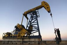 Станок-качалка на нефтяном месторождении компании PetroChina в Дацине, провинция Хэйлунцзян. 4 ноября 2007 года. Цены на нефть снижаются за счет избыточной добычи и рекордных запасов нефти в США. REUTERS/Stringer