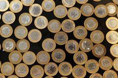 Monedas de real brasileño vistas en una fotografía tomada en Rio de Janeiro. Imagen de archivo, 15 octubre, 2010. El real brasileño cayó el miércoles más de un 1 por ciento tras la divulgación de un decepcionante dato mensual de ventas minoristas, que arrastró a la moneda más allá de un mínimo de una década alcanzado en la sesión anterior, en una jornada en la que la bolsa cayó presionada por las acciones de los bancos. REUTERS/Bruno Domingos