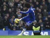 Willian, do Chelsea, marca gol contra Everton pelo Campeonato Inglês. 11/02/2015 REUTERS/Toby Melville