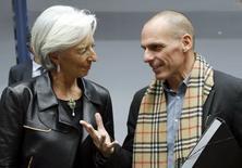 A diretora-gerente do Fundo Monetário Internacional (FMI), Christine Lagarde, conversa com o ministro das Finanças grego, Yanis Varoufakis, durante uma reunião extraordinária de ministros das Finanças da zona do euro para discutir a situação grega, em Bruxelas, na Bélgica, nesta quarta-feira. 11/02/2015 REUTERS/François Lenoir