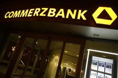 Commerzbank, deuxième banque allemande, annonce une hausse de son bénéfice net au quatrième trimestre, à 77 millions d'euros, ce qui est mieux que prévu. La baisse des provisions pour créances douteuses a compensé la faiblesse des revenus. /Photo d'archives/REUTERS/Lisi Niesner