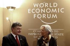 Глава МВФ Кристин Лагард (справа) общается с президентом Украины Петром Порошенко на Всемирном экономическом форуме в Давосе 21 января 2015 года. Международный валютный фонд предварительно одобрил расширение программы кредитования находящейся на грани банкротства Украины на $17,5 миллиарда, сообщила глава МВФ Кристин Лагард. REUTERS/Ruben Sprich