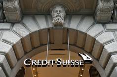 Credit suisse publie un bénéfice supérieur au consensus au quatrième trimestre et annonce l'instauration de mesures destinées à faire face à la hausse du franc suisse. /Photo prise le 12 février 2015/REUTERS/Arnd Wiegmann