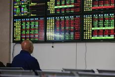 Розничный инвестор в брокерской конторе в Шанхае. 19 января 2015 года. Азиатские фондовые рынки, кроме Южной Кореи, выросли в четверг за счет местных новостей. REUTERS/Aly Song