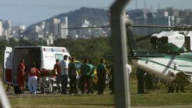 Uma pessoa é resgatada da plataforma FPSO Cidade de São Mateus, afretada pela Petrobras, e colocada numa ambulância por paramédicos no aeroporto de Vitória. 11/02/2015 REUTERS/Rodrigo Gavini