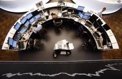 Les Bourses européennes ont ouvert en hausse vendredi, soutenues par une première estimation de la croissance allemande au quatrième trimestre nettement plus forte que prévu et par un vent d'optimisme sur la Grèce. À Paris, le CAC 40 prend 0,82% à 4.764,77 points vers 08h35 GMT. À Francfort, le Dax gagne 0,6% et à Londres, le FTSE 0,75%. /Photo d'archives/REUTERS/Lisi Niesner