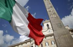 Le PIB italien a été inchangé d'un trimestre sur l'autre pour les trois derniers mois de 2014, après une contraction de 0,1% au troisième trimestre, et il a accusé une baisse de 0,3% en variation annuelle. /Photo d'archives/REUTERS/Tony Gentile  (ITALY - Tags: POLITICS BUSINESS)