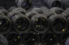 Рулоны стальной катанки на заводе Arcelor Mittal в Дуйсбурге. 19 апреля 2013 года. Крупнейший в мире производитель стали ArcelorMittal сообщил в пятницу, что ждет падения прибыли в 2015 году, так как снижение цен на железную руду подорвало доходность добывающих проектов, а рост рынка стали замедляется. REUTERS/Ina Fassbender