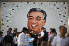 Китайские туристы у портрета северокорейскому вождю Ким Ир Сену в Расоне. 29 августа 2011 года. Китай планирует создать международную туристическую зону у своей северо-восточной границы с Россией и Северной Кореей, сообщило в пятницу государственное информагентство Синьхуа. REUTERS/Carlos Barria