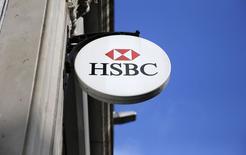 La Banque d'Angleterre (BoE) pourrait ouvrir une enquête sur les informations selon lesquelles HSBC a aidé certains de ses clients à pratiquer l'évasion fiscale, selon l'un de ses principaux responsables. /Photo prise le 8 février 2015/REUTERS/Suzanne Plunkett