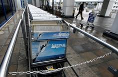 La Grèce va revoir un accord de privatisation d'un montant de 1,2 milliard d'euros par lequel l'opérateur allemand Fraport obtiendrait la gestion de 14 aéroports régionaux, selon le ministre grec Alekos Flabouraris. /Photo d'archives/REUTERS/Yiorgos Karahalis