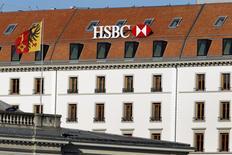 El logo de HSBC sobre una oficina del banco en Ginebra, en Suiza. 8 de febrero de 2015. El ente tributario de Brasil abrió una investigación sobre si alguien dentro de la decena de personas involucradas en el caso de corrupción de Petrobras tiene además supuestas cuentas no declaradas en el banco privado de HSBC Holdings Plc en Suiza, dijeron el sábado dos fuentes con conocimiento del asunto. REUTERS/Pierre Albouy