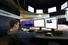 Una banda de ciberdelincuentes de varios países ha conseguido robar hasta 1.000 millones de dólares de al menos 100 instituciones financieras de todo el mundo en dos años, según anunció la compañía de seguridad en internet rusa Kaspersky el sábado. En la imagen de archivo, un empleado de Kaspersky Labs en su sede de Moscú el 29 de julio de 2013. REUTERS/Sergei Karpukhin
