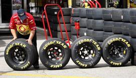 Goodyear Tire & Rubber a annoncé mardi une baisse de 9% de son chiffre d'affaires trimestriel en raison d'une baisse des expéditions des pneumatiques de remplacement en Europe, conséquence, selon l'équipementier automobile, d'un hiver plus doux que prévu. /Photo d'archives/REUTERS/Carlos Barria