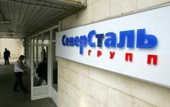 Логотип Северстали у входа в офис компании в Москве. 26 мая 2006 года. Одна из крупнейших сталелитейных компаний РФ Северсталь может увеличить дивиденды за четвертый квартал 2014 года в 3,8 раза по сравнению с выплатами за аналогичный период 2013 года. REUTERS/Shamil Zhumatov