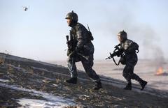Soldados chineses correm durante treinamento em base em Taonan. 28/01/2015 REUTERS/China Daily