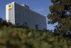 Le groupe pétrolier et gazier italien Eni a annoncé un bénéfice net en recul de 64% au quatrième trimestre de l'ordre de 460 millions d'euros en raison de la chute des cours pétroliers. /Photo d'archives/REUTERS/Alessandro Bianchi