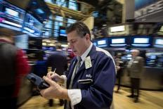 Operadores trabajan en la bolsa de Nueva York. Imagen de archivo, 18 febrero, 2015. Las acciones estadounidenses bajaban levemente el miércoles, un día después de que el índice S&P 500 cerró por sobre los 2.100 puntos por primera vez, mientras los inversores esperaban la publicación de las minutas de la más reciente reunión de política monetaria de la Reserva Federal. REUTERS/Brendan McDermid