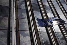 Las banderas de la Unión Europea y Grecia frente a un edificio en Atenas, 17 febrero, 2015. Grecia está agotando sus reservas de dinero y no será capaz de honrar sus obligaciones de pagos después de fines de marzo a menos que consiga recursos adicionales de sus acreedores, dijo el miércoles a Reuters una persona familiarizada con las cifras. REUTERS/ Alkis Konstantinidis
