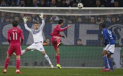 Cristiano Ronaldo (centro), do Real Madrid, marca gol contra o Schalke 04 em jogo da Liga dos Campeões, em Gelsenkirchen, na Alemanha, nesta quarta-feira. 18/02/2015 REUTERS/Ina Fassbender