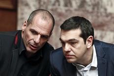 El Gobierno griego ha solicitiado formalmente a la zona euro una ampliación de seis meses de su acuerdo de asistencia financiera, dijo el jueves un responsable gubernamental a Reuters. en la imagen, el primer ministro griego Alexis Tsipras (D) y su ministro de Finanzas, Yanis Varoufakis, hablan en una sesión parlamentaria en Atenas, el 18 de febrero de 2015. REUTERS/Alkis Konstantinidis